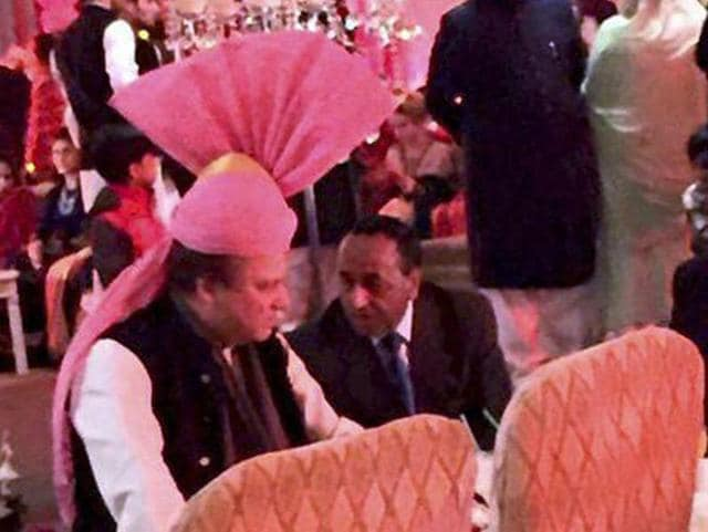 Pakistan Prime Minister Nawaz Sharif wears a pink turban gifted to him by Narendra Modi.