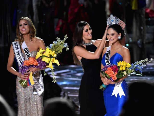 (L-R) Miss Colombia 2015, Ariadna Gutierrez, has her crown removed by Miss Universe 2014, Paulina Vega, and given to the winner of Miss Universe 2015, Miss Phillipines 2015, Pia Alonzo Wurtzbach.(AFP Photo)