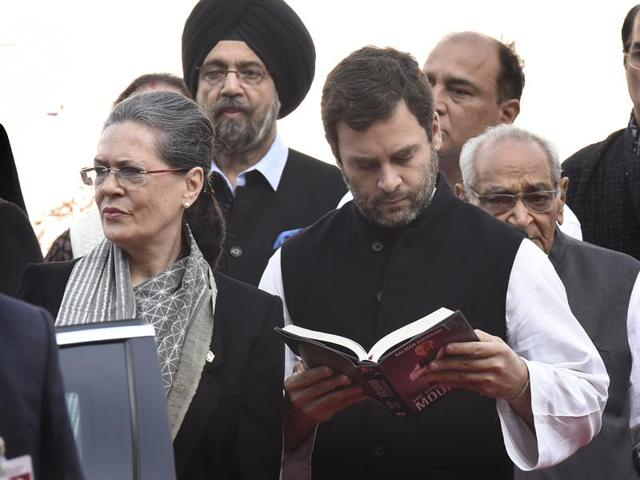 Congress party president Sonia Gandhi, vice-president Rahul Gandhi with party leaders and workers at the party's foundation day celebrations at AICC headquarters in New Delhi.(Arvind Yadav/HT Photo)