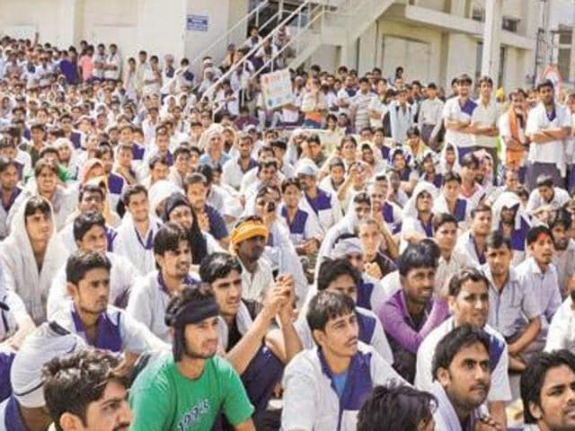 The employees are worst sufferers in the whole story of HMT unit in Pinjore going bust. There are about 1,100 employees in tractor division here who have not got salaries for 17 months while in machine tools division, salaries of about 350 employees have not been disbursed for 10 months. Even the top officials of the management are not getting salaries.(HT Photo)