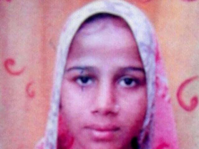 Police have announced a cash reward of Rs 10,000 on woman dacoit Chanda and her lover Chandan Gadairiya.