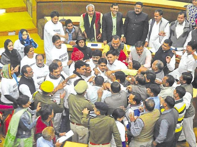 Congress councillors create ruckus inside the JMC assembly during a meeting on Wednesday.(Prabhakar Sharma/HT photo)