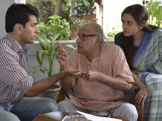 (From left) Abir Chatterjee, Paran Bandopadhyay and Raima Sen in a still from Sandip Ray's film Mon Chora.