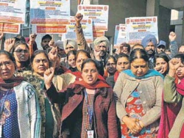 Protesters raising slogans against managements of associated banks of the State Bank of India in Patiala on Wednesday.