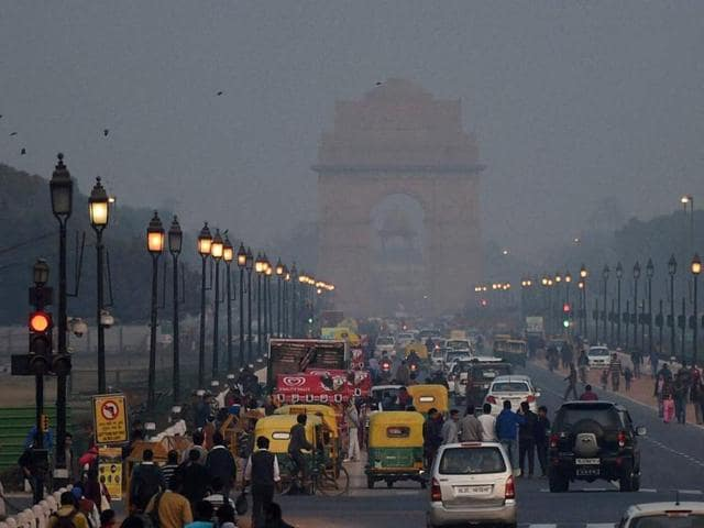A view of the India Gate during the last sunset of 2015 in New Delhi on Thursday.(PTI)