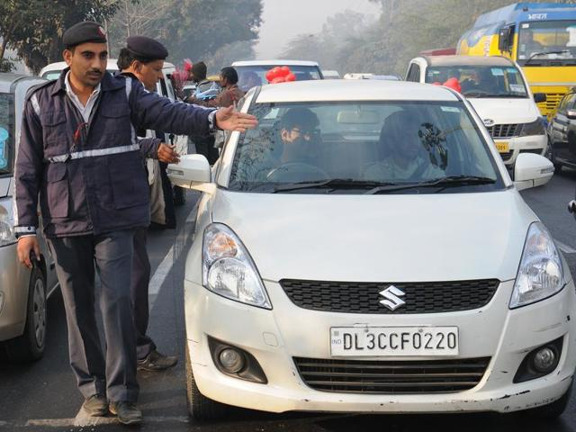 Delhi police and Civil Defence officials on duty as the odd-even scheme was rolled out in Delhi.  Hindustan Times)