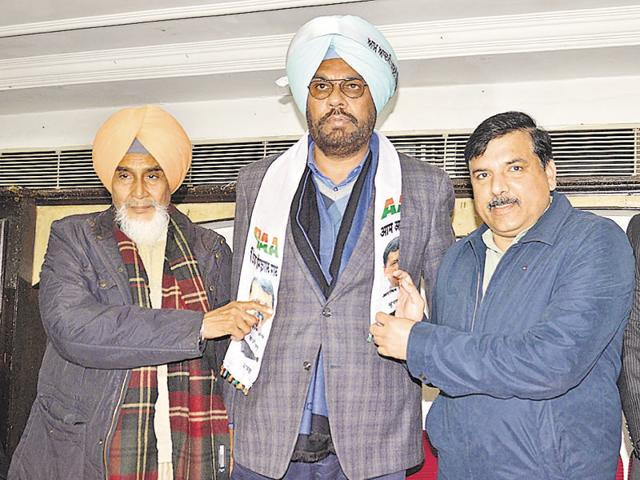 AAP Punjab convener Sucha Singh Chhotepur (left) and party Punjab affairs incharge Sanjay Singh welcoming former Congress leader Kuldeep Dhaliwal (centre) into the party fold in Amritsar on Thursday.