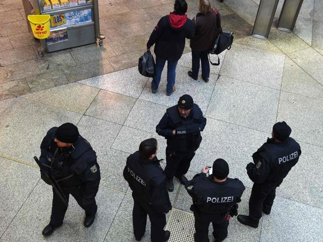 Police officers patrol at the main train station in Munich, southern Germany, on January 1, 2016. German police lifted an alert of an imminent attack in Munich, hours after two key train stations were evacuated over fears that a New Year suicide bomb assault was being planned.
