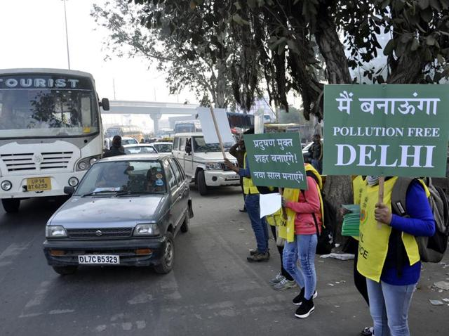 Volunteers hold placards at Anand Vihar border after Odd-Even Vehicle Plan restricting movement of private cars became operational in Delhi, in Ghaziabad, India, on Friday, January 01, 2015.