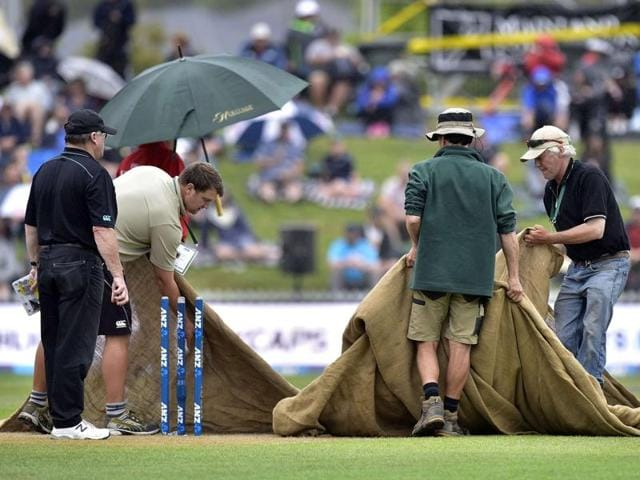 (L to R) Milinda Siriwardana of Sri Lanka, Ross Taylor of New Zealand, Tillakaratne Dilshan of Sri Lanka and Henry Nichols (R) of New Zealand walk off the field as rain washed out the fourth ODI at the Saxton Oval in Nelson on January 2, 2016.