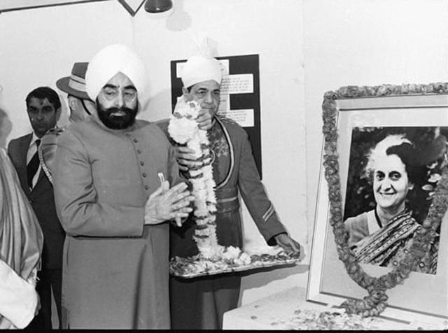 File photo of former PM Rajiv Gandhi and former President Zail Singh paying homage to Indira Gandhi.