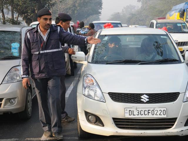 Delhi Traffic Police charge challan to even numbers cars which were running roads today after the implementation of Odd -Even campaign at Dhaula Kuan in New Delhi on Friday, India January 01, 2016.  The 'real test' of the scheme will be on Monday, January 4, 2016, which is the first full working day of the year.