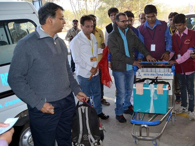 Doctors and Indore Organ Donation Society members shift organs from Choithram Hospital to the city airport.