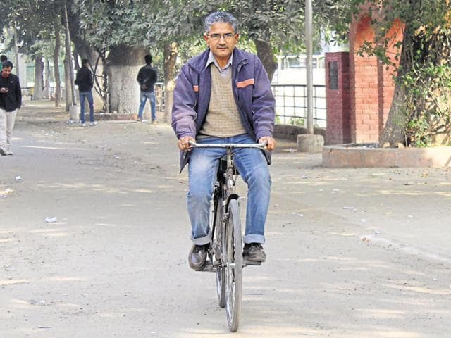 As against 30 minutes by car, Dr Kishan takes about 45 minutes to reach his workplace.