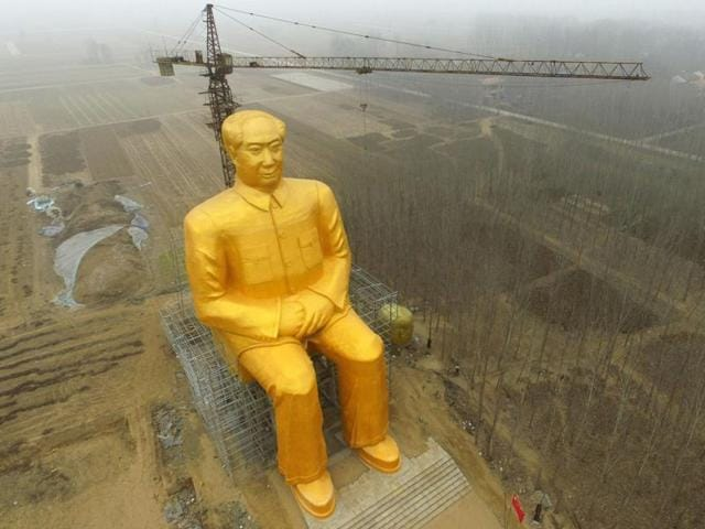 This photo taken on January 4, 2016 shows a huge statue of Chairman Mao Zedong under construction in Tongxu county in Kaifeng, central China's Henan province.