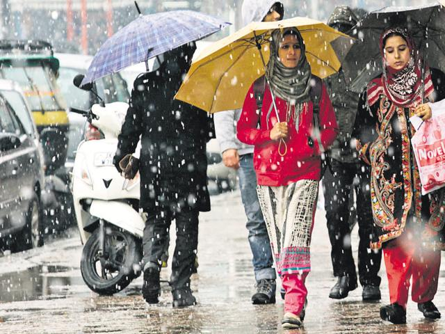 The higher reaches of the Valley received fresh snowfall during the night, while areas in the plains saw intermittent rainfall till Tuesday morning.