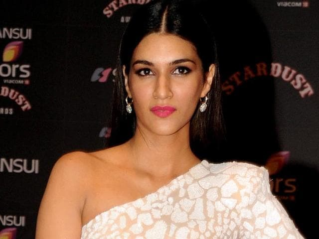 Actress Kriti Sanon shamed a man for watching Dilwale's pirated copy on a plane.