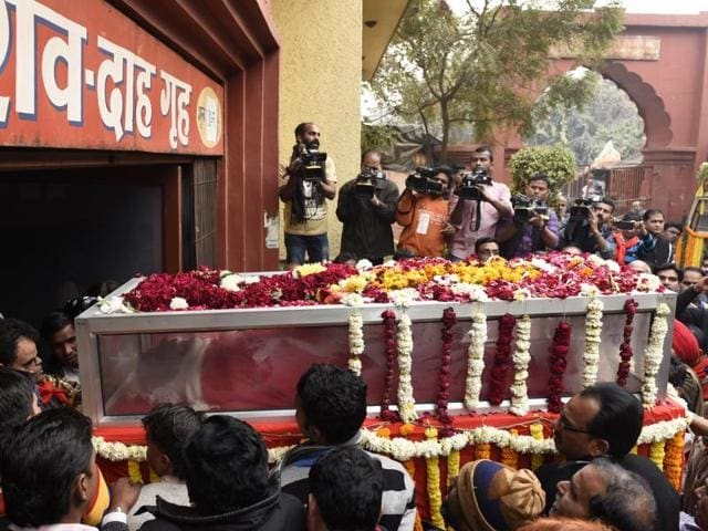 CPI leaders leading the procession to pay last respect to AB Bardhan during his cremation in New Delhi, India, on Monday, January 4, 2016.