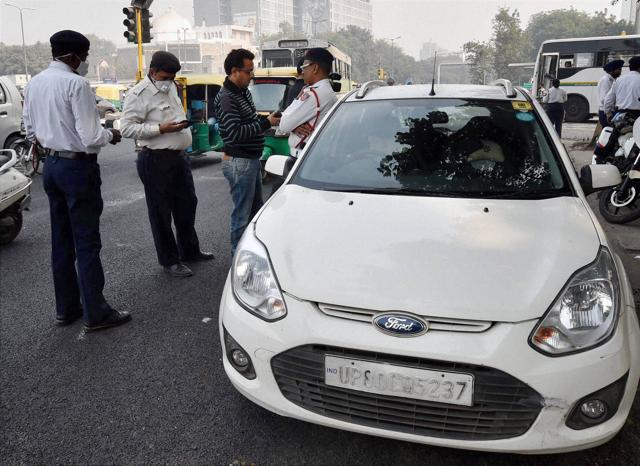 A traffic constable Suresh Kumar was stationed near Janakpuri flyover, to check violations on Tuesday when he spotted a Honda City which halted at the traffic signal.
