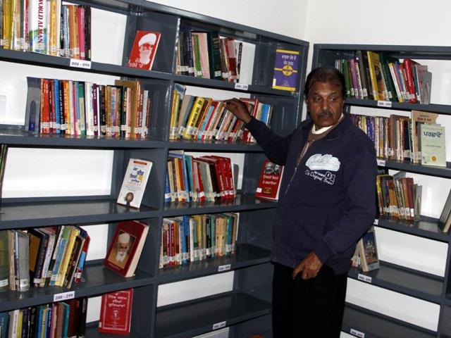 A Visitor scanning books at Bhagwanto Yadgar Public Library, Jurahan , established by NRI Jaswant Singh, in Ludhiana.(HT Photo)