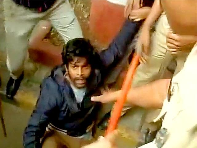 Police detained more than 20 FTII students, who were protesting against institute's chairman Gajendra Chauhan outside the campus in Pune on Thursday.