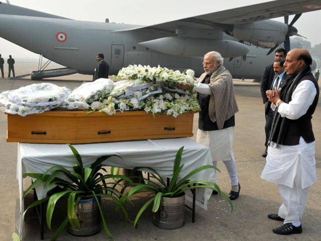 Narendra Modi paying homage to Mufti Mohammad Sayeed, at Palam Airport, in New Delhi