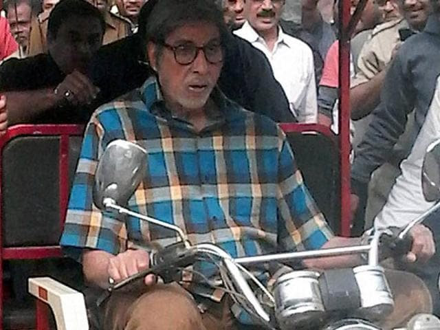 Amitabh Bachchan drives a battery vehicle infront of Shalimar station in Howrah district on Friday during shooting of TE3N.