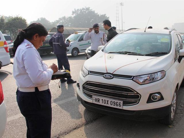 Delhi Traffic Police slaps challan to a commuter on Delhi Gurgaon expressway for violating Odd- Even scheme at Gurgaon-Delhi border on Tuesday