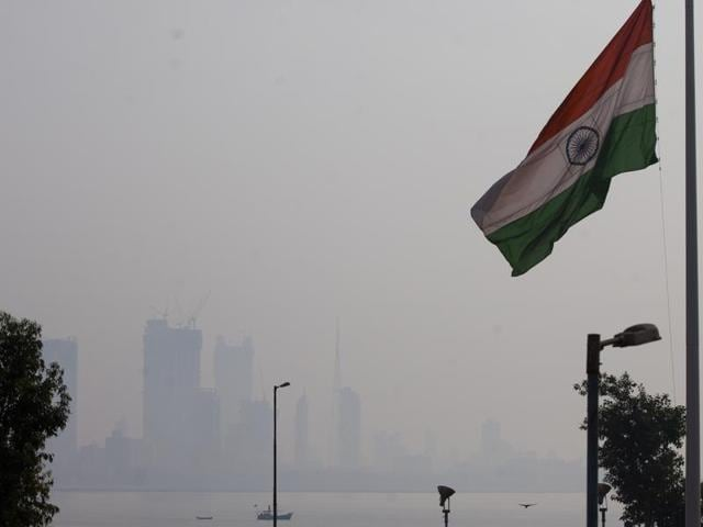Foggy weather at Bandra in Mumbai on Thursday. Photo: Satish Bate/HT
