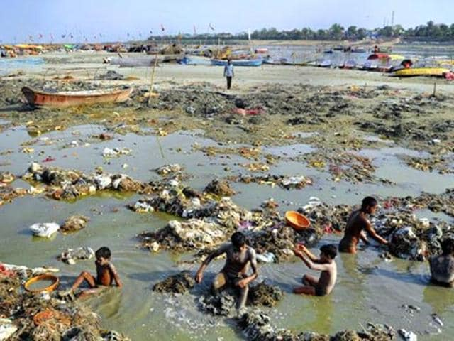 Citing a 1916 pact, an affidavit filed by the ministry of environment and forest to the Supreme Court on Thursday said that hydroelectric projects on the Ganga will be subjected to a 100-year-old rule that they ensure the natural flow of the river does not fall below 1,000 cusecs.(AFP File Photo)