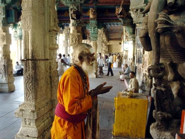 (FILES) In this photograph taken on Janaury 17, 2005, an Indian Hindu Sadhu (Holy man) prays at the Meenakshi Temple in Madurai.  In December, 2015, the Madras High Court ordered temple authorities in Tamil Nadu state to refuse entry to anyone wearing jeans, skirts, short-sleeves or tight leggings to