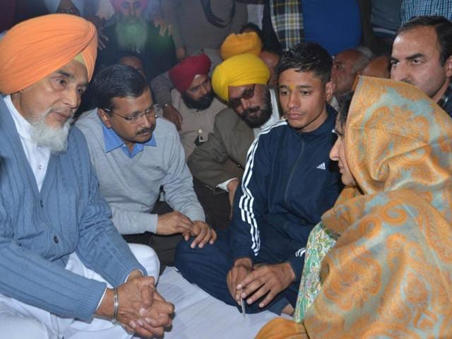 Delhi chief minister Arvind kejriwal sharrig his condolences with the family members of Pathankot airbase terrorist attack.