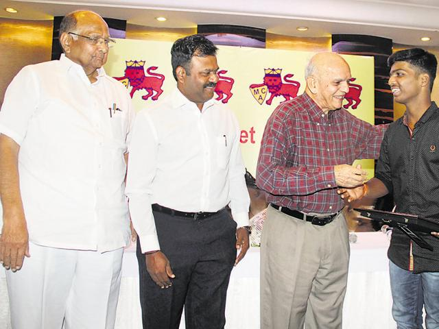 Cricketer Madhavrao Apte, MCA President Sharad Pawar felicitate Pranav Dhanawade, who scored 1,009 runs in an inter-school cricket match, on behalf of Mumbai Cricket Association (MCA). Former cricketer, Pravin Amre was also present at the function.