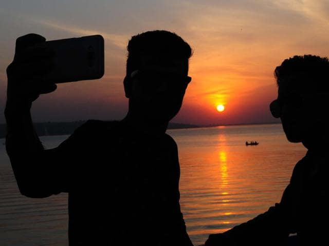 """The Washinton Post has reported that at least 27 """"selfie related"""" deaths around the world last year, about half occurred in India.(HT File Photo)"""