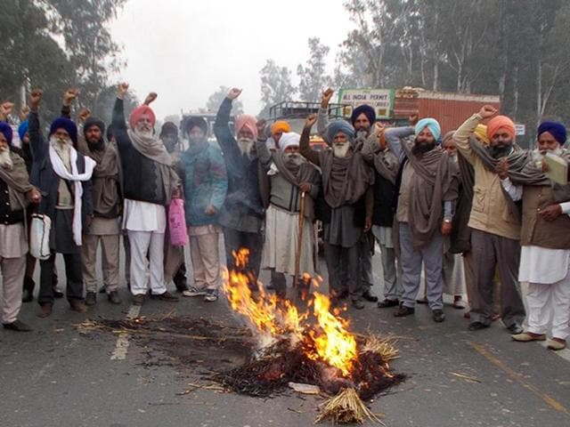 Farmers blocked the Amritsar-Sri Ganganagar national highway during protest and burnt the effigy of Punjab chief minister Parkash Singh Badal at Tarn Taran on Sunday.