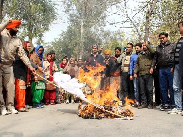 TET pass teachers burning effigies of Punjab government in Bathinda on Sunday.