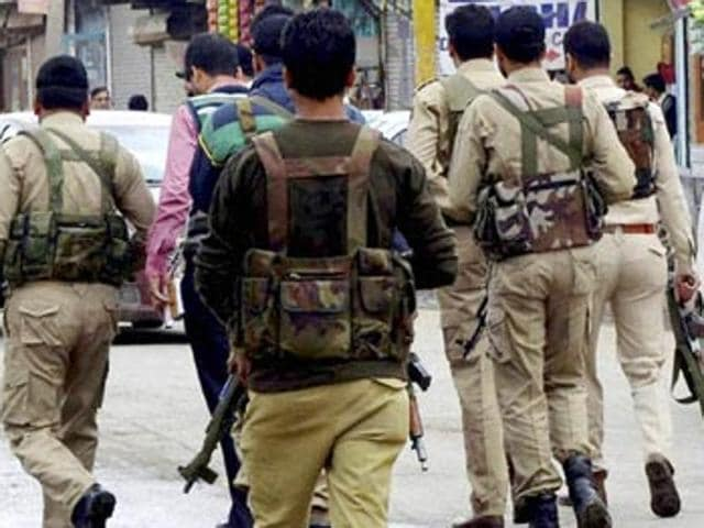 Constable runs away with rifles,Kashmir police constable,Shakoor Ahmed