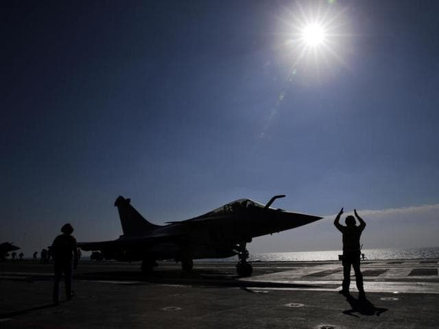 Air raids on the Islamic State group's Syrian stronghold of Raqa on Saturday killed 40 civilians.