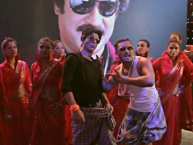 SRK, Honey Singh in a still from Lungi dance in Chennai Express. (YouTube)