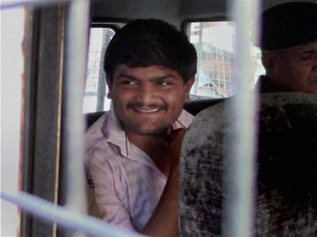 Surat: Convener of Patidar Anamat Andolan Samiti Hardik Patel being taken to a court in Surat on Monday. PTI Photo (PTI12_28_2015_000119B)