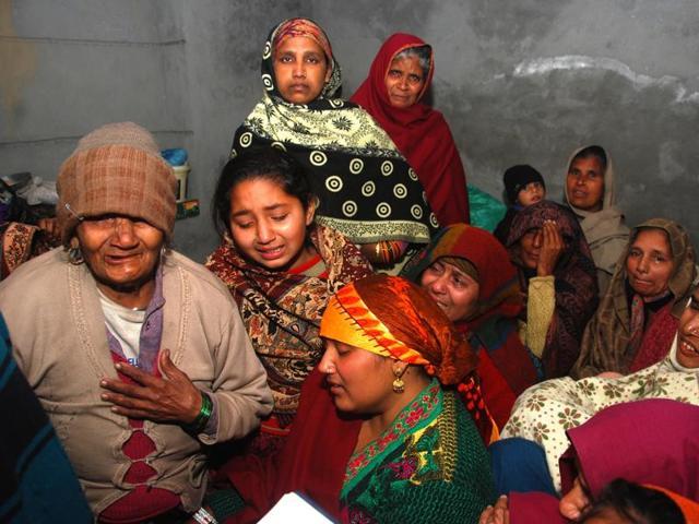 Family members of Akhlaq at his village Chandanpur near Roorkee.(Vinay Santosh Kumar/HT Photo)