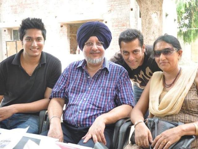 Salman Khan with his teacher Manjitinder Singh Bedi's family during the shoot of 'Bodyguard' in Patiala.