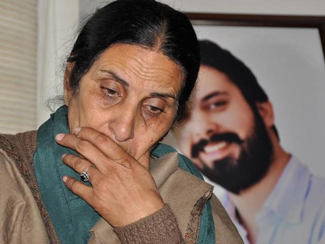 Sippy's mother Deepinder Kaur talking to the media at her residence in SAS Nagar on Friday.(HT Photo)