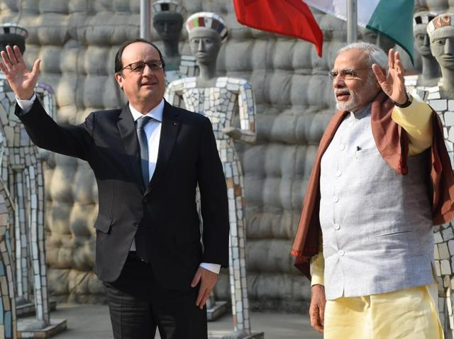 French President Francois Hollande (L) and Indian Prime Minister Narendra Modi (R) were at the Rock Garden in Chandigarh on Sunday.