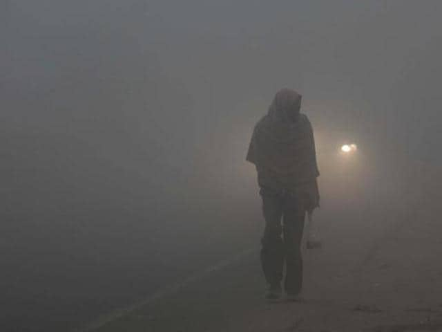 People in Jammu continued to shiver as throughout the past week, with dense fog and chilly wave affecting their lives on Monday.(HT File Photo)