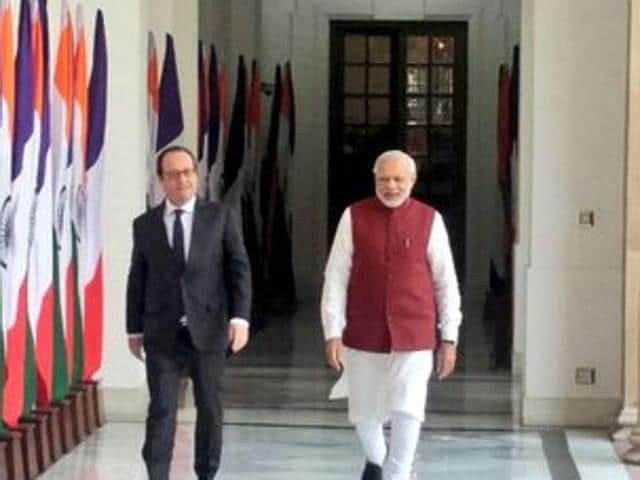 Indian Prime Minister Narendra Modi (L) and French President Francois Hollande attend an official welcoming ceremony in New Delhi on January 25, 2016.