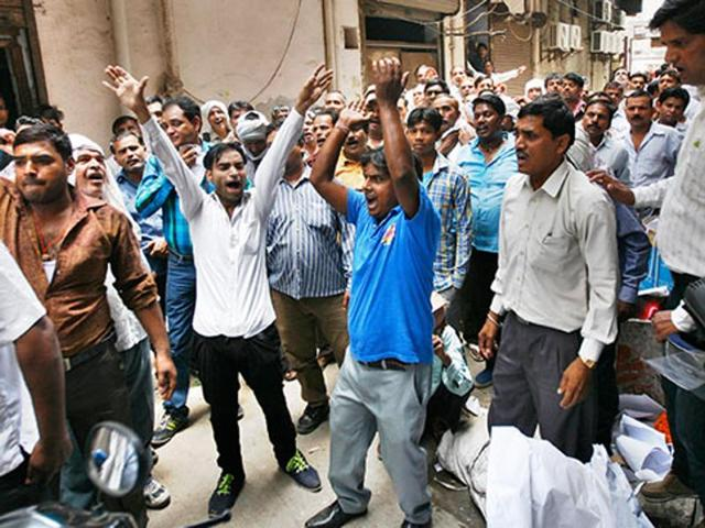 Municipal employees protest demanding release of salary funds.