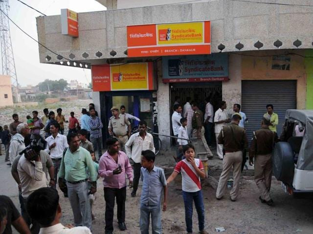 The Dankaur branch of Syndicate Bank was robbed in October 2015 by half a dozen armed men.(HT File Photo)