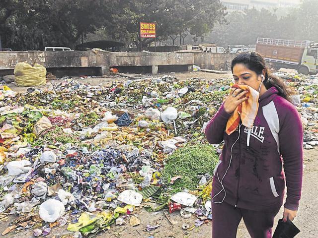Protesting workers threw garbage on several road stretches in east Delhi on Friday.(Sushil Kumar/HT Photo)