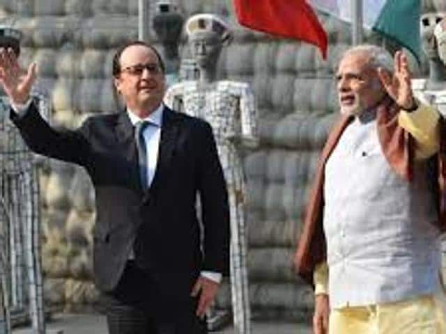 French President Francois Hollande (L) and Indian Prime Minister Narendra Modi (R) at the Rock Garden in Chandigarh.